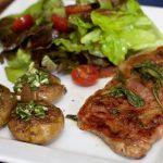 Saltimbocca, salade met chocotoms en platte aardappels 1