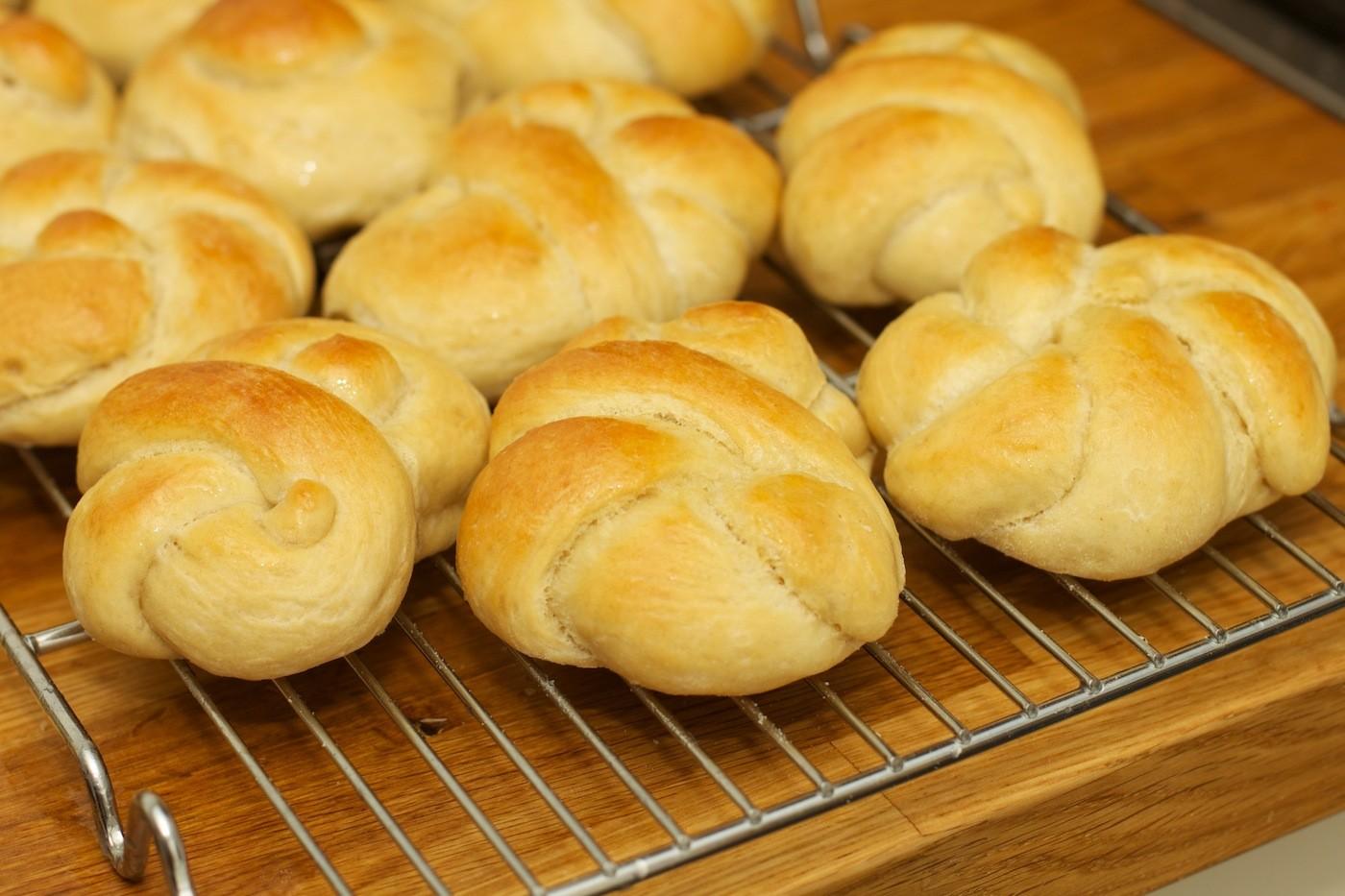 Zachte witte broodjes van speltbloem