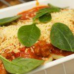 Basis tomatensaus met geraspte kaas en spinazie