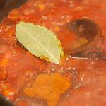 Voeg de tomaten toe en wat kruiden