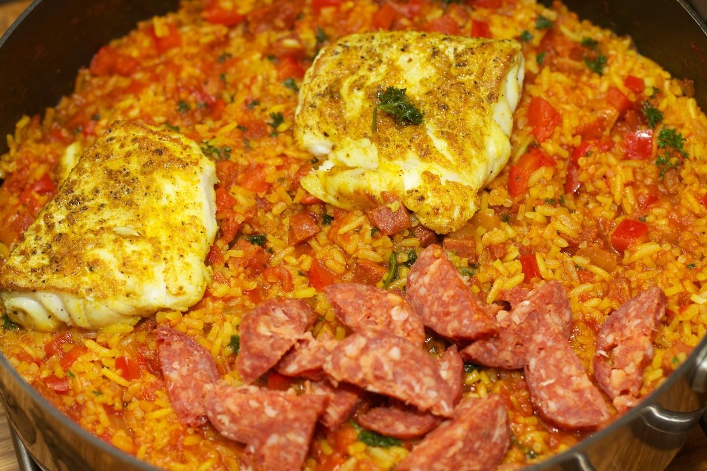 Paella met kabeljauw en chorizo