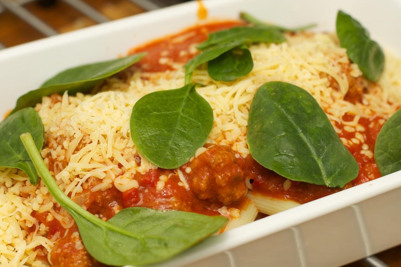 Pasta met eenvoudige tomatensaus en gehaktballen