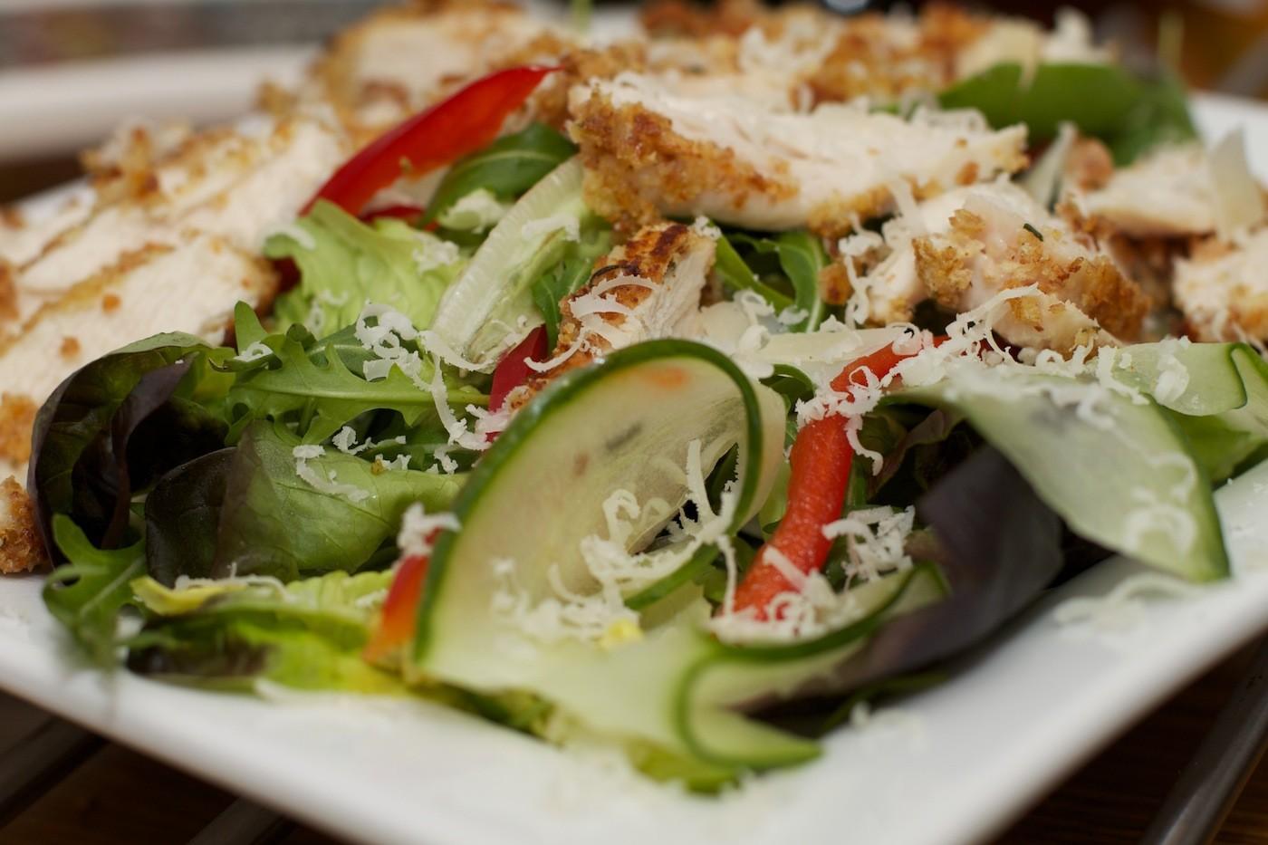Salade met kip in mosterdjasje
