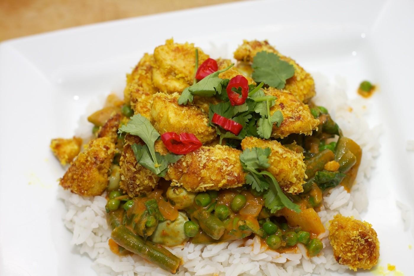 Gele curry met groene groente en kokos-kip