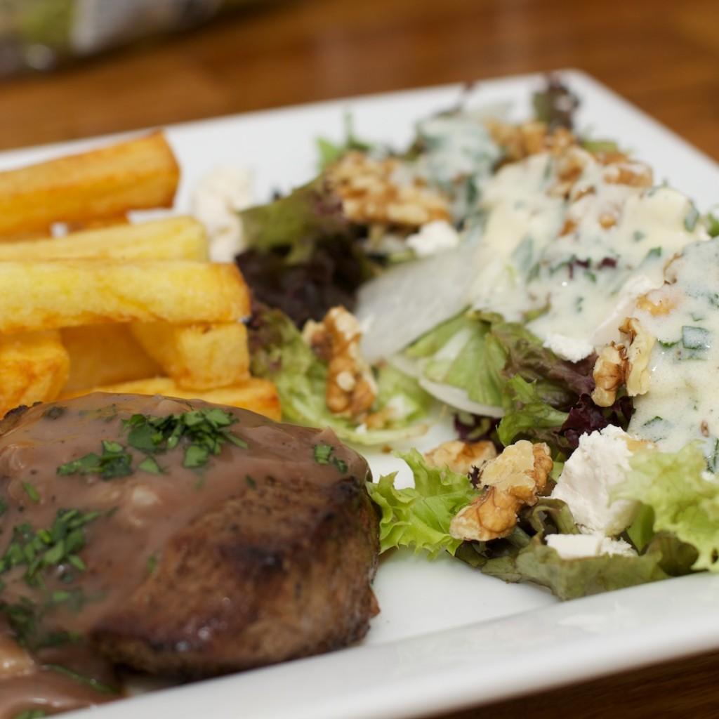 Biefstuk met pepersaus, salade met meirapen en zelfgemaakte frieten