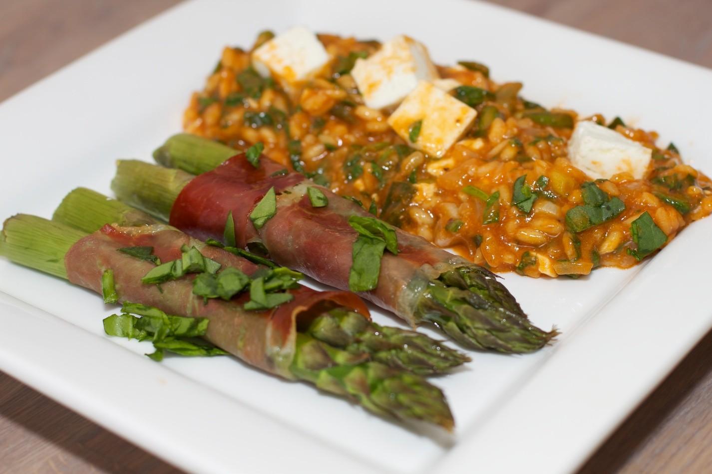 Spinazie risotto met asperges gewikkeld in Seranoham