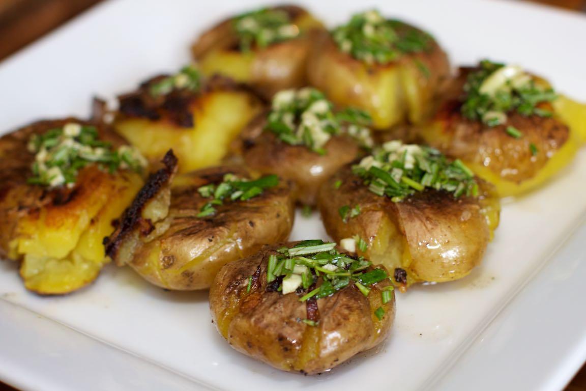 Platgeslagen gebakken aardappels