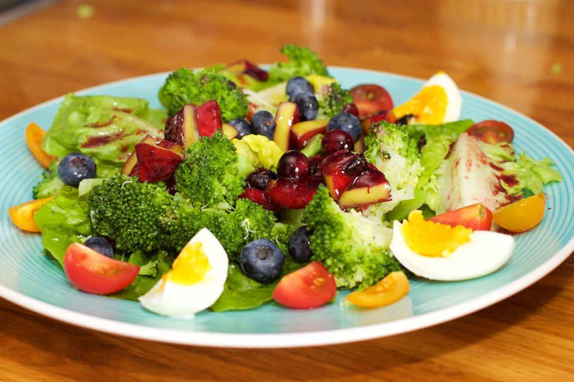 Salade met zomerse dressing van blauwe bessen