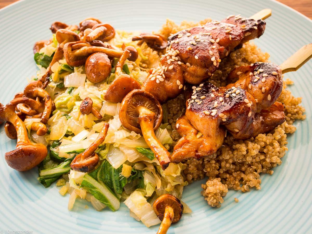 Quinoa met roerbakgroenten en kipspiesjes