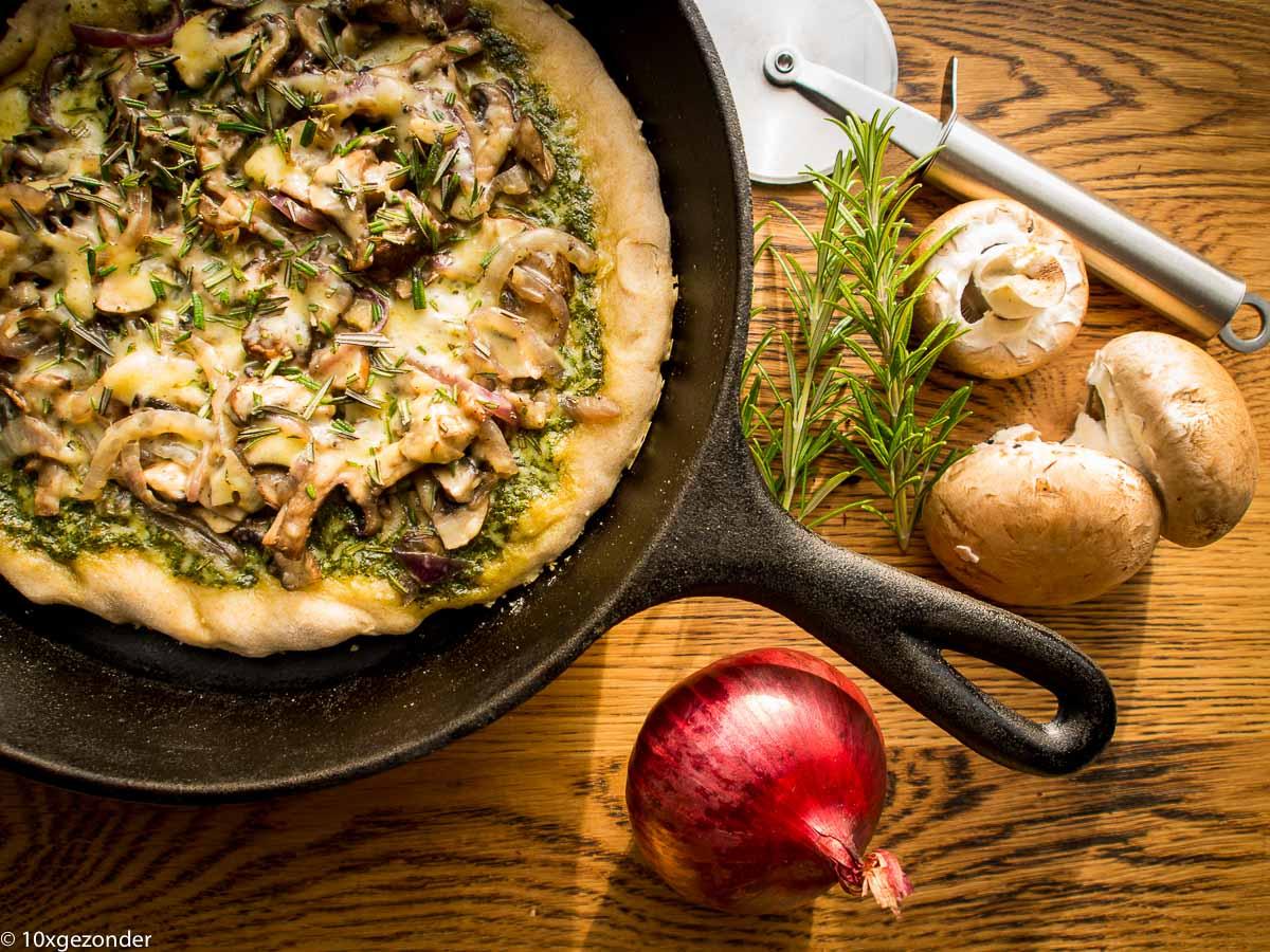 Pizza pesto met champignons en rode ui