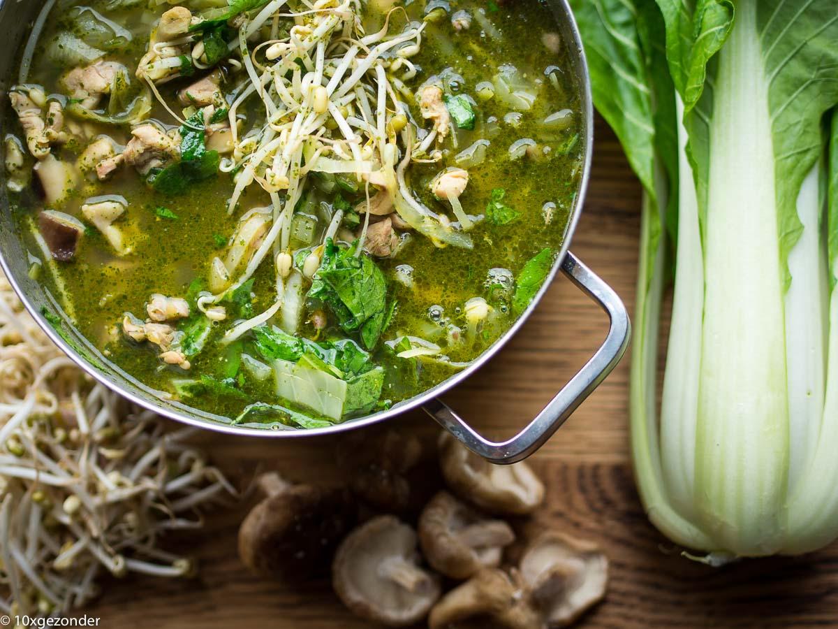 Aziatische groentesoep met kip