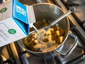 Schenk melk in de steelpan