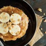 Pannenkoekentaart van banaan-yoghurt pannenkoeken met aardbeien